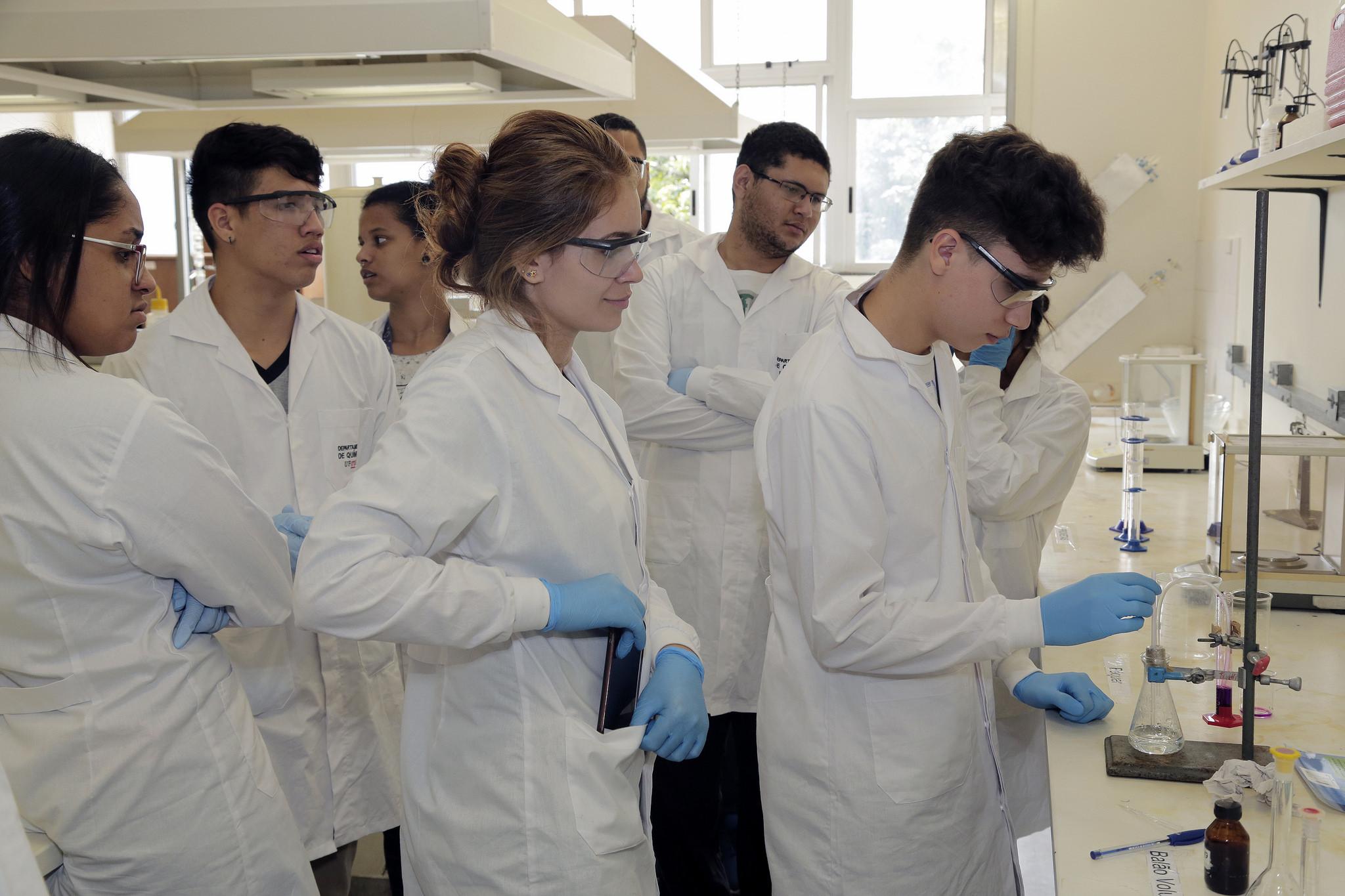 Educação - geral - universidades ciência cientistas laboratórios química ensino superior universitários