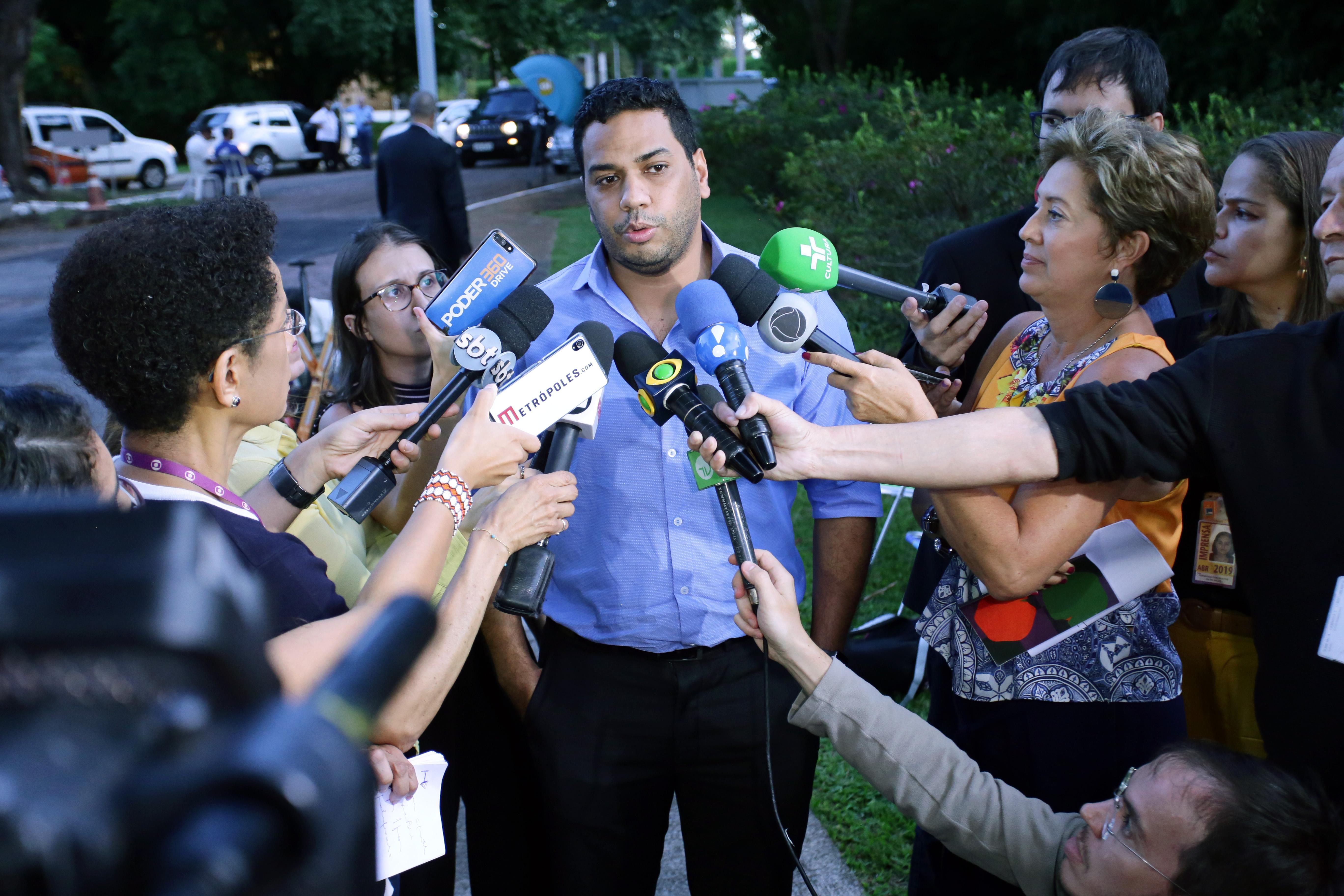 Dep. Jhonatan de Jesus ( PRB-RR) concede entrevista sobre a reunião de líderes