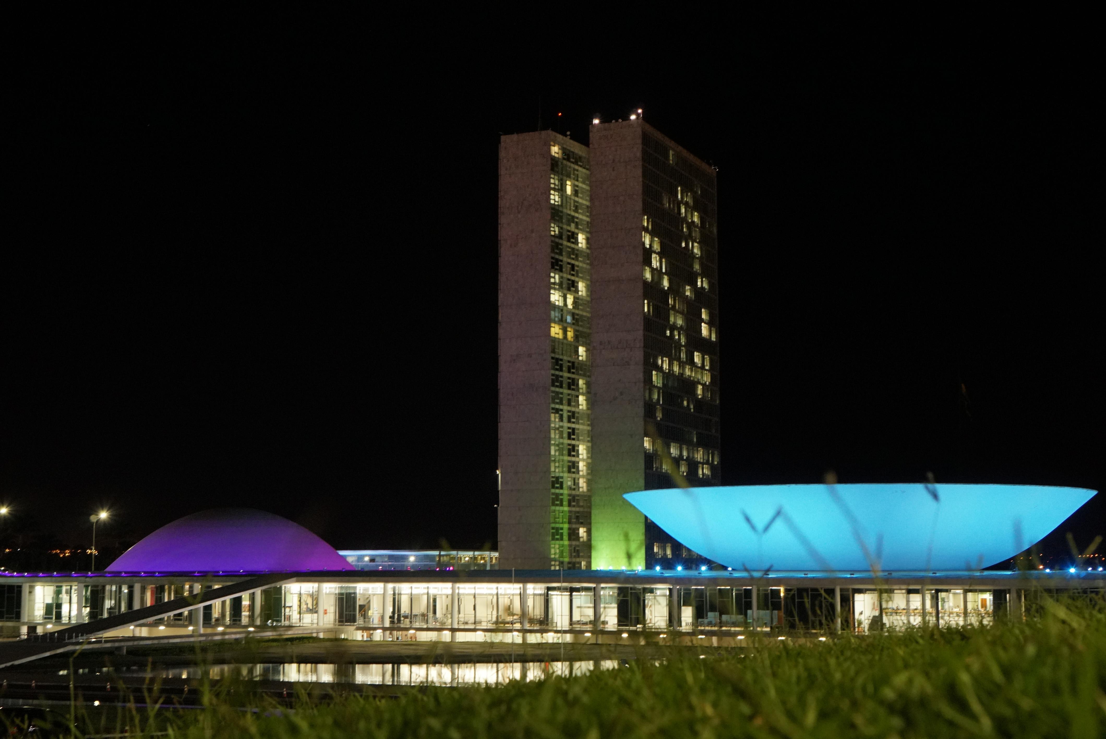 Câmara recebe a iluminação nas cores azul e verde pela conscientização sobre o câncer colorretal
