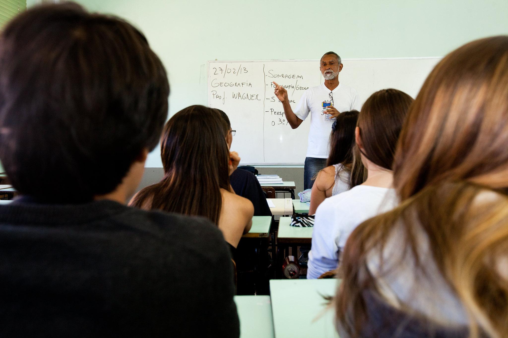 Educação - sala de aula - professores alunos ensino médio estudantes