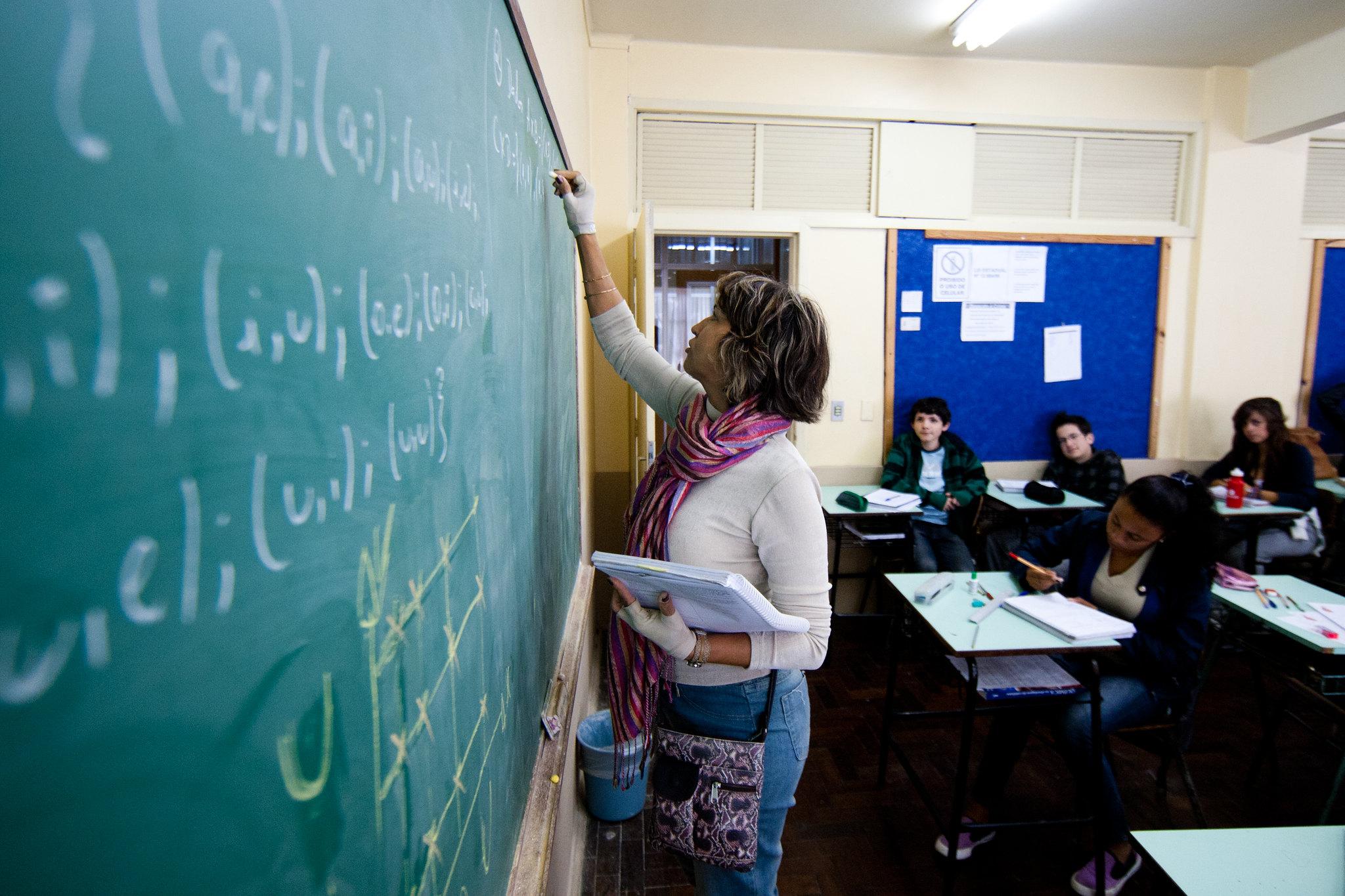 Relator estabelece nova regra para servidores e reduz idade mínima para professoras