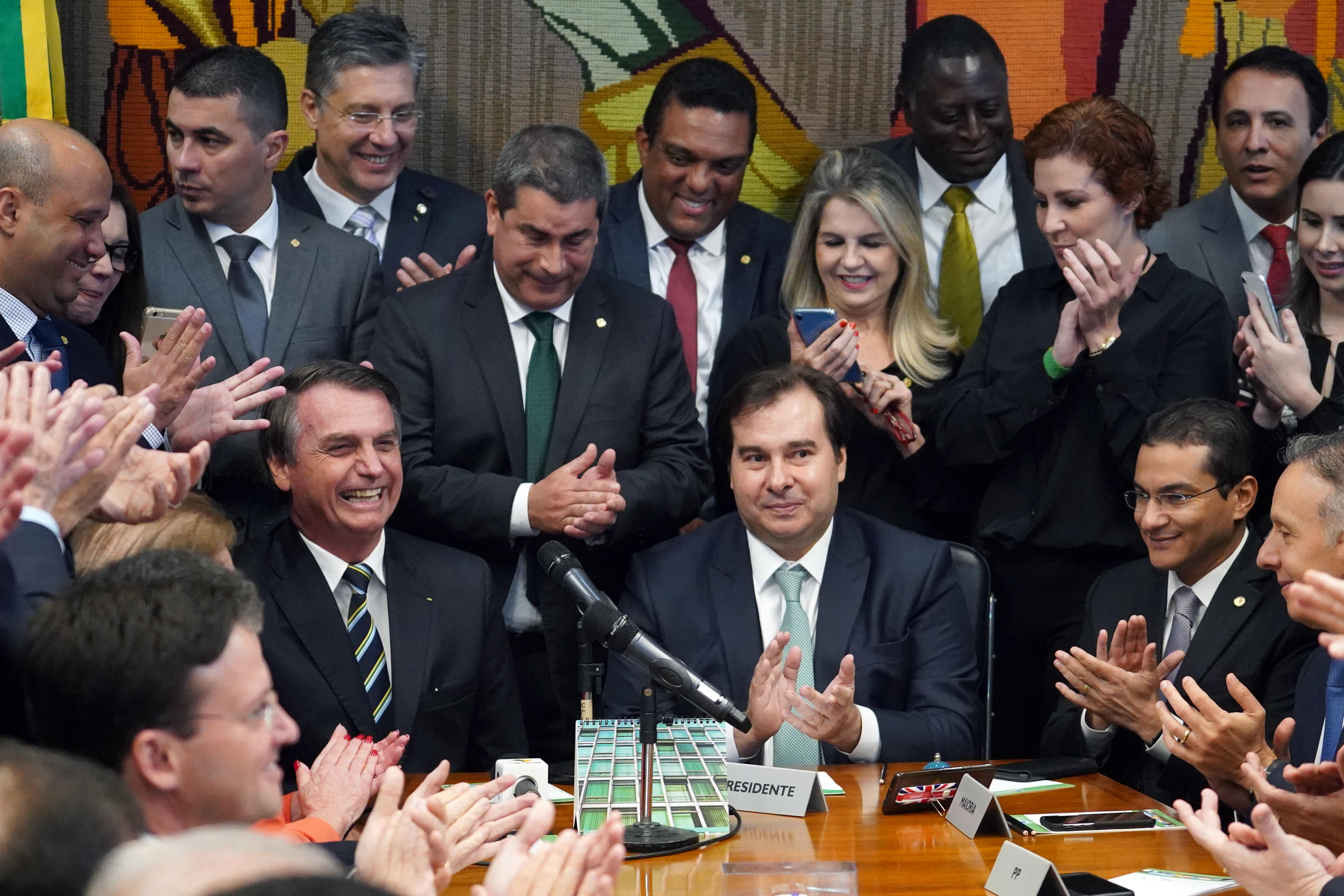 Presidente Jair Bolsonaro entrega o projeto de lei que altera regras relacionadas à Carteira Nacional de Habilitação (CNH)