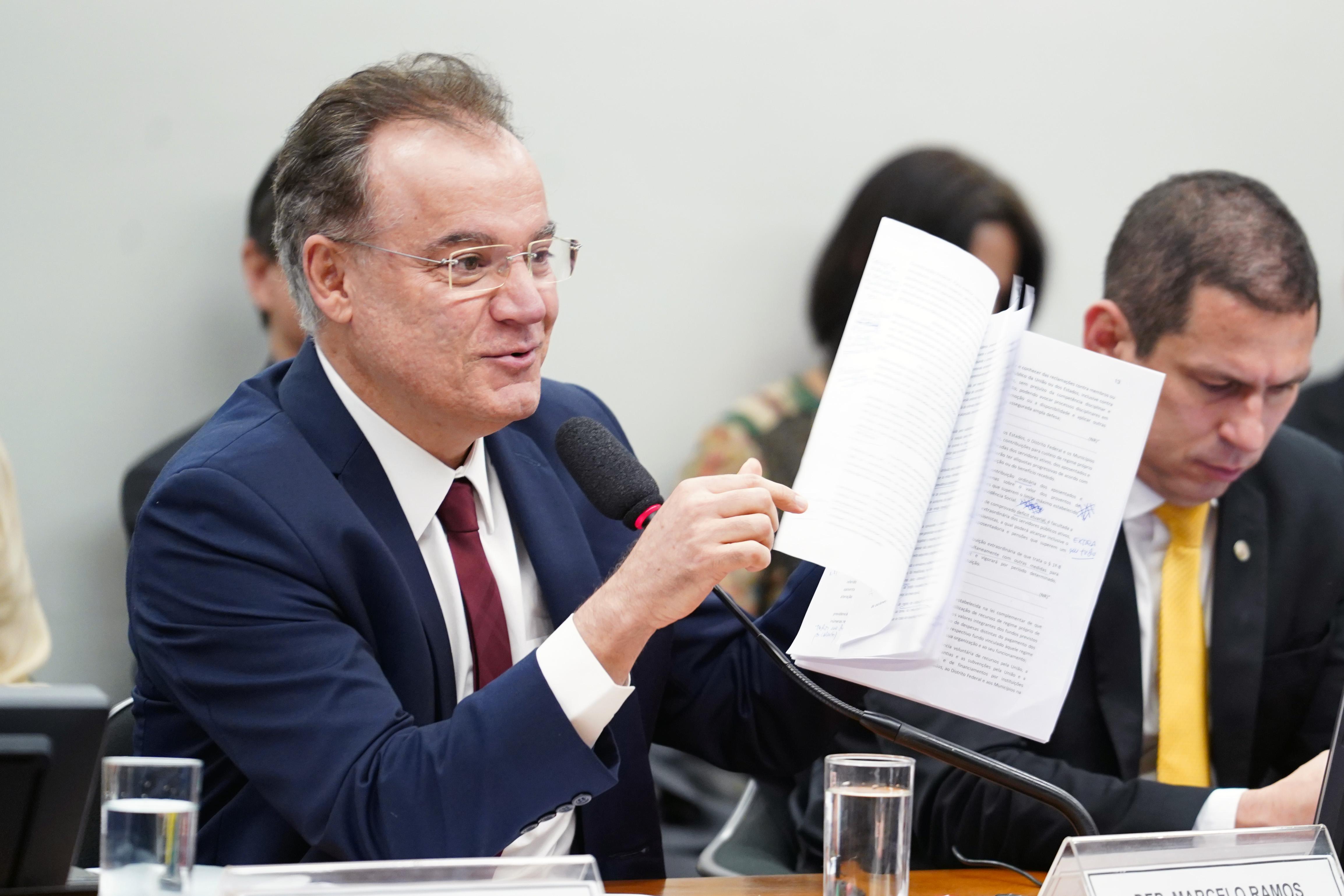 Relator faz ajustes no parecer da reforma da Previdência; votação é adiada