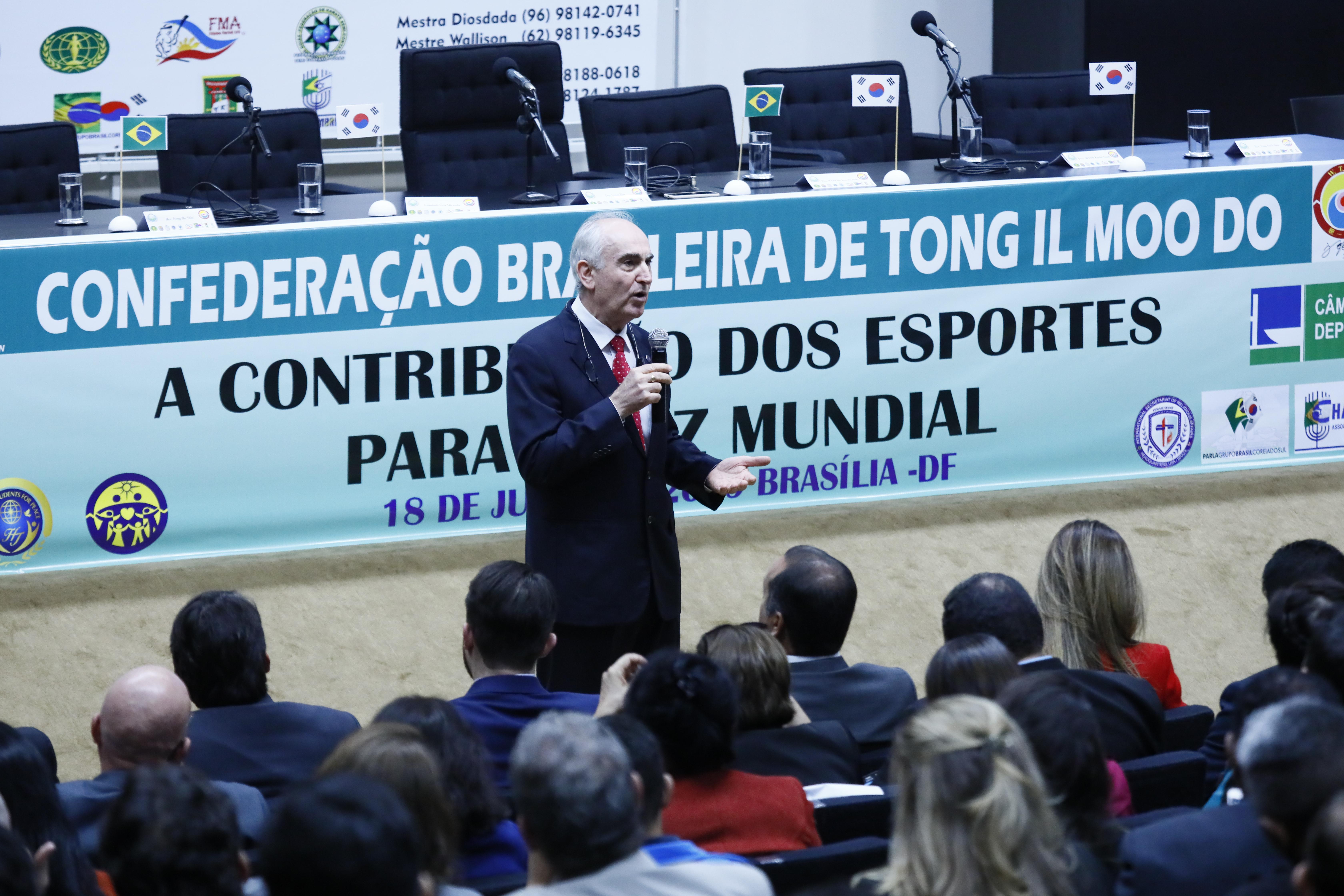 Seminário A Contribuição dos Esportes para Paz Mundial. Dr. Neudir Simão Ferrabolli presidente da UPF na América Latina
