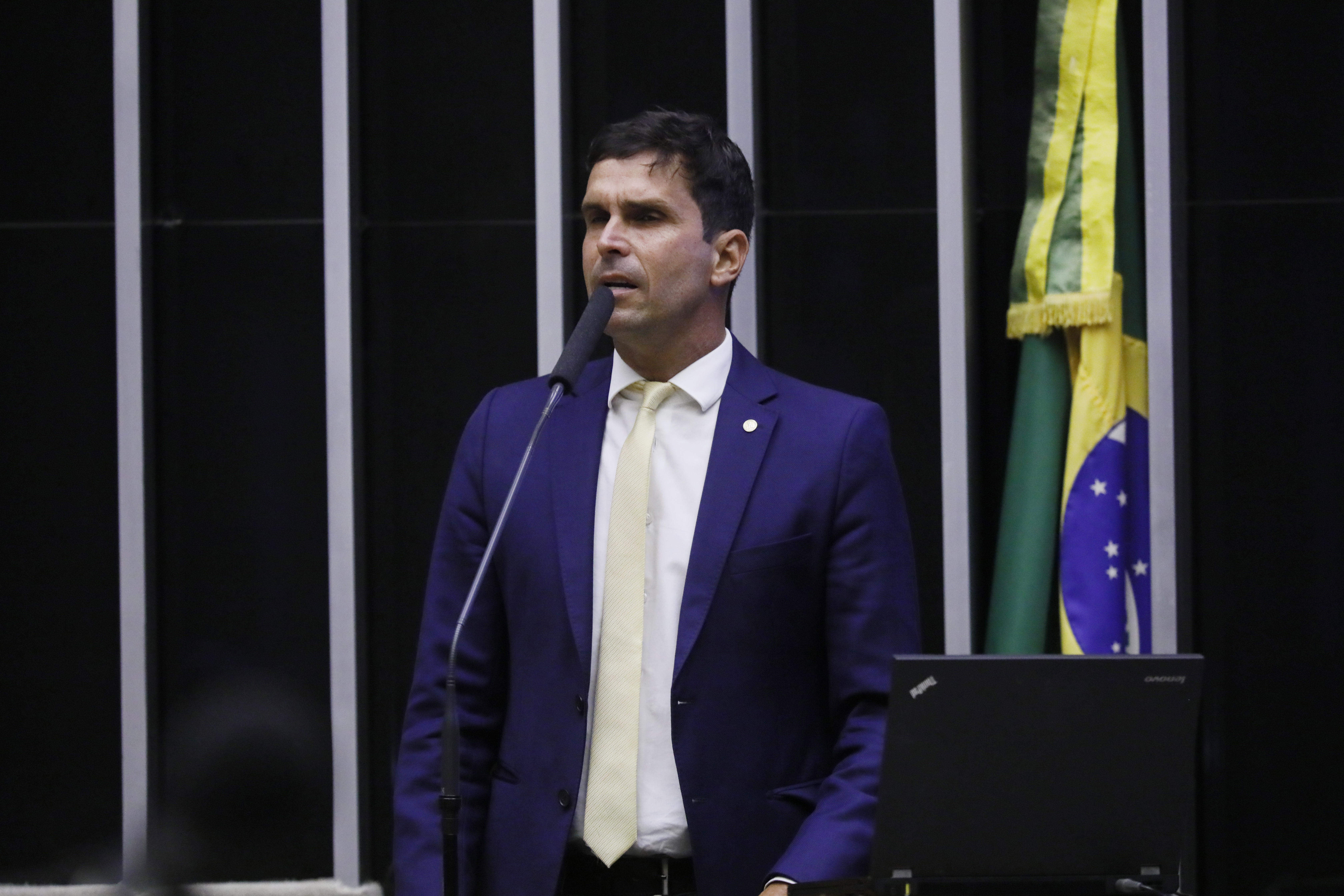 Deputado Luiz Lima discursa no Plenário da Câmara