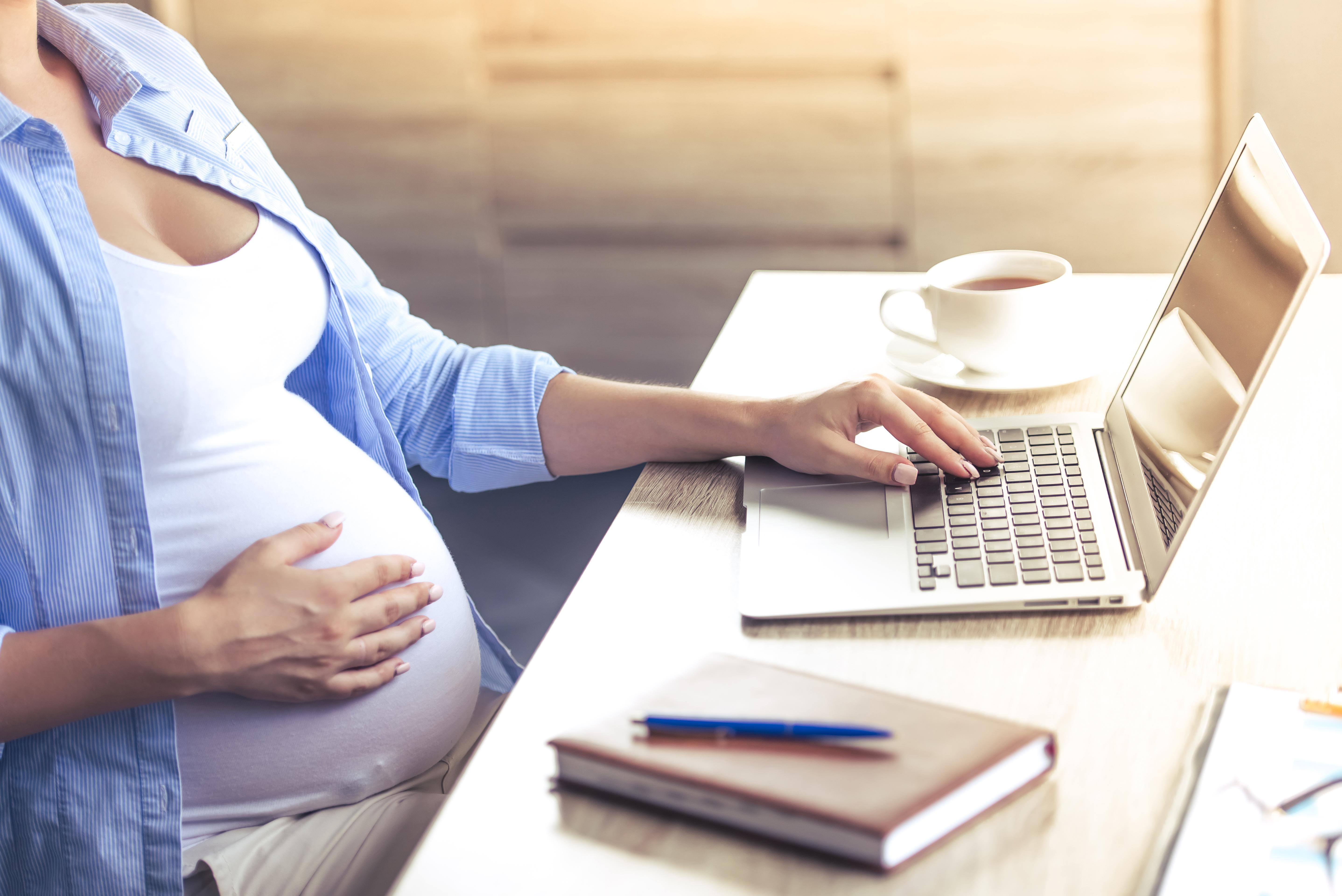 Mulher gravida trabalha em casa