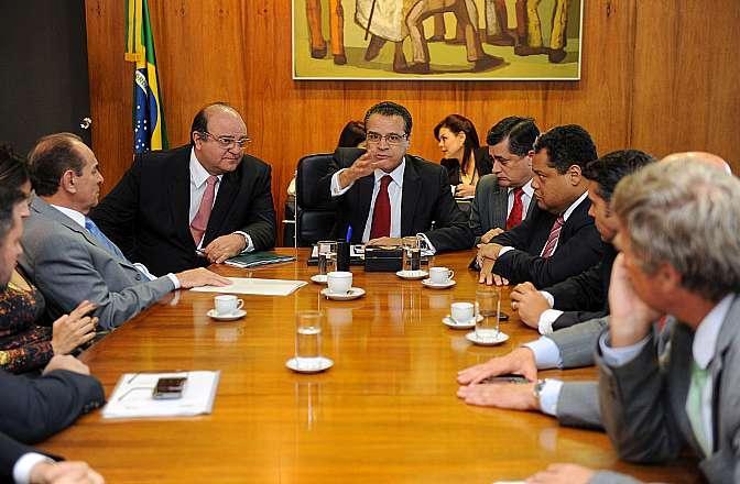 Presidente Henrique Eduardo Alves e parlamentares durante a instalação do grupo de trabalho da reforma política. O deputado Cândido Vaccarezza (PT-SP) será o coordenador do grupo