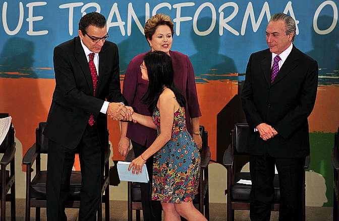 Presidente Henrique Eduardo Alves é cumprimentado por Virgínia Barros (presidente da UNE), presidente Dilma Rousseff e vice-presidente Michel Temer