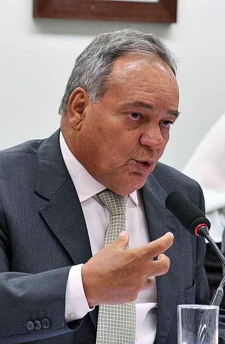 Reunião para discussão e votação do parecer do relator (foto) dep. Édio Lopes (PMDB-RR)