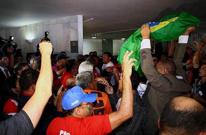 Militares protestam no Salão Verde da Câmara