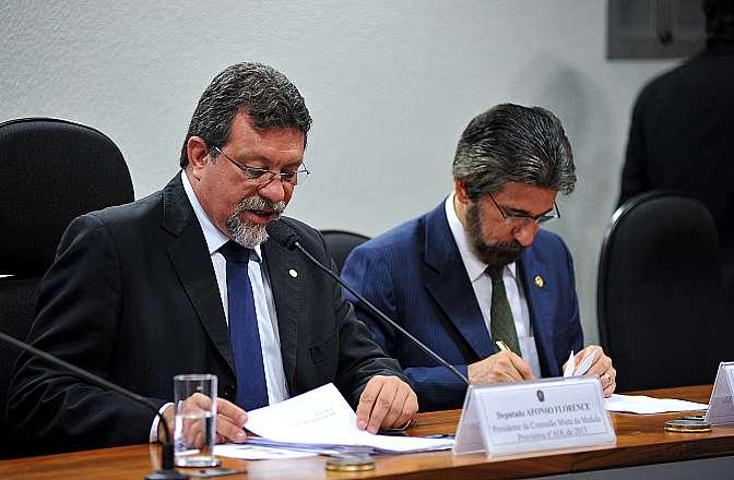 Apreciação do relatório da Comissão Mista sobre a MP 618/13 (Concessão de garantia da União a entidades controladas indiretamente pelos entes da Federação). (E) Presidente da comissão, dep. Afonso Florence (PT-BA) e relator da comissão, sen. Valdir Raupp (PMDB-RO)