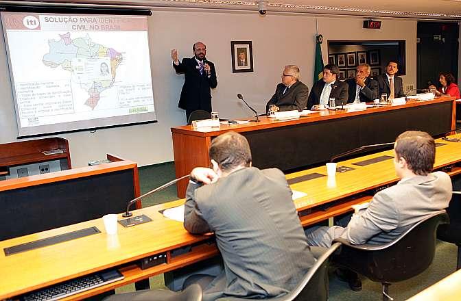 Audiência pública sobre o PL 3.860/12, que altera a Lei 9.454, de 7 de abril de 1997, definindo regras gerais para o funcionamento do Sistema Nacional de Registro de Identificação Civil. Diretor de Gestão de Negócios da Imprensa Oficial do Estado de São Paulo, José Alexandre Pereira Araújo