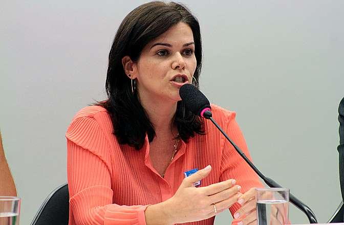 Audiência pública para debater o Projeto de Decreto Legislativo (PDC) nº 782, de 2012, que revoga a aplicação da Portaria nº 462, de 2011, do Ministério das Comunicações, sobre radiodifusão comunitária. Representante da Associação Mundial de Rádios Comunitárias (Amarc) no Brasil, Taís Ladeira