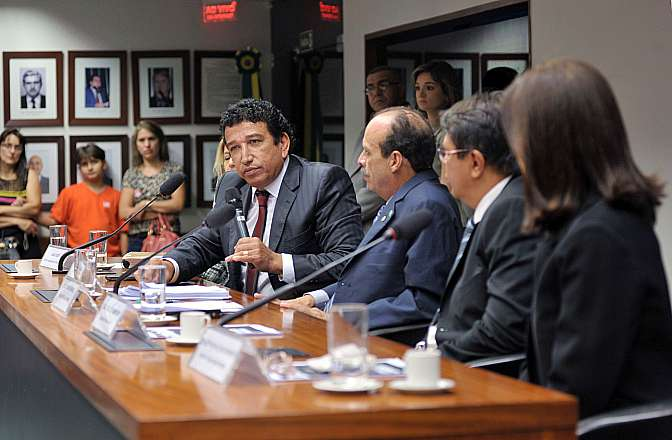 Audiência pública para ouvir as autoridades policiais e judiciárias dos Estados do Pará e do Maranhão sobre a autoria dos assassinatos de crianças na cidade de Altamira/PA entre os anos de 1989 e 1993. Sen. Magno Malta (PR-ES)