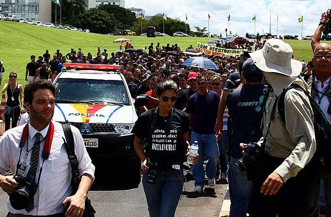 Policiais militares do Distrito Federal protestam na entrada principal da Câmara