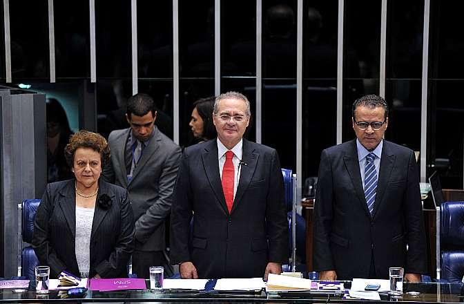 Ministra Eleonora Menicucci, senador Renan Calheiros e deputado Henrique Alves durante evento de adesão à Campanha