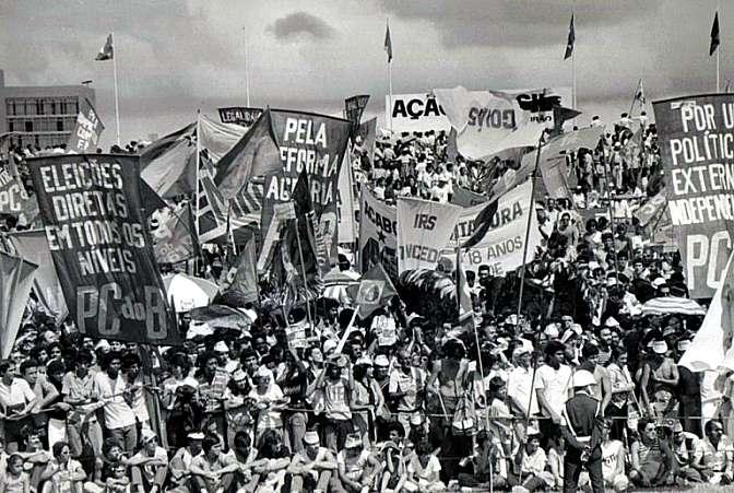 Diante do Congresso Nacional, multidão exige o restabelecimento das eleições diretas para presidente