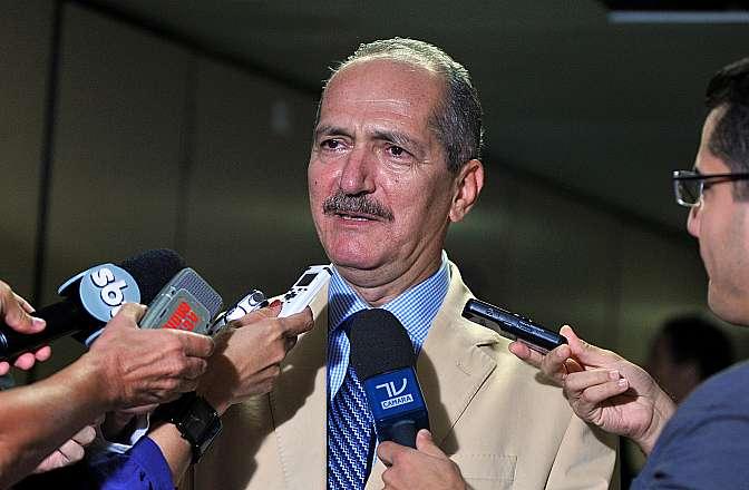 Ministro do Esporte, Aldo Rebelo concede entrevista
