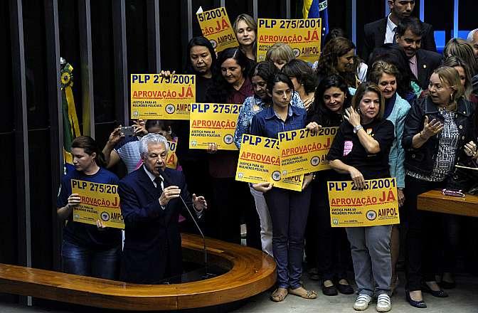 Votação do PLP 275/01, do Senado, que dá condições especiais à aposentadoria da mulher servidora policial. Líder do Governo da Câmara, dep. Arlindo Chinaglia (PT-SP)