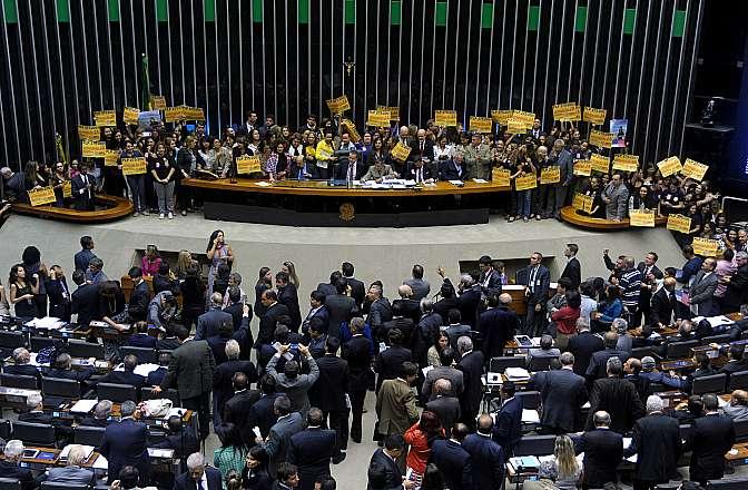 Votação do PLP 275/01, do Senado, que dá condições especiais à aposentadoria da mulher servidora policial