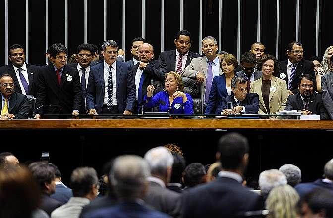 Ordem do Dia para votação da PEC 111/2011, que visa regularizar as pendências relacionadas com a situação funcional dos servidores dos ex-Territórios do Amapá e Roraima - Dep. Dalva Figueiredo (PT-AP), autora da proposta