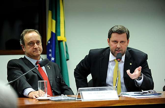 Por falta de quórum, reunião para discussão e votação do parecer do relator, (D) dep. Carlos Sampaio (PSDB-SP) é adiada
