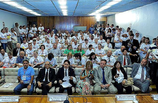 Manifestações - Geral - Cerca de cem enfermeiros, técnicos e auxiliares se reuinram na Câmara em 19/03/14 para pedir a votação do projeto que reduz a carga de trabalho da categoria.