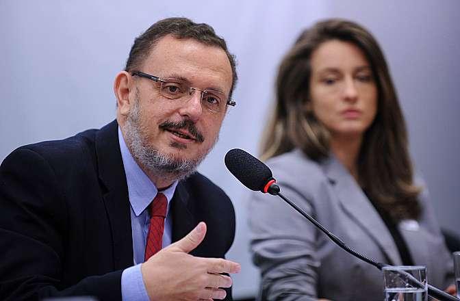 Audiência pública para conhecer as dificuldades legislativas do governo brasileiro na recuperação dos ativos produtos de crimes encontrados no exterior. Dep. Renato Simões (PT-SP)