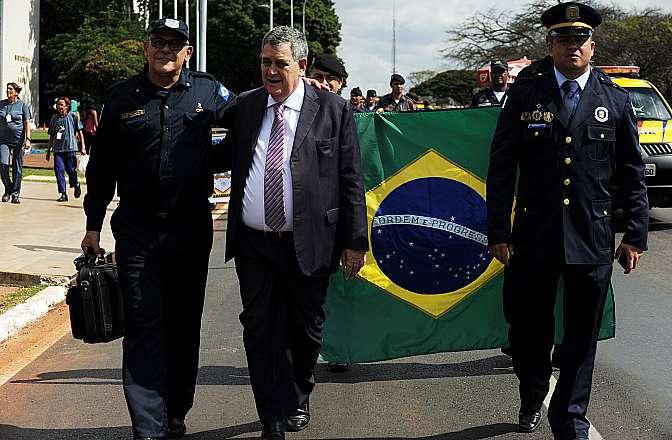 Ao centro, dep. Arnaldo Faria de Sá (PTB-SP) participa de passeata realizada por Guardas Municipais na Esplanada dos Ministérios