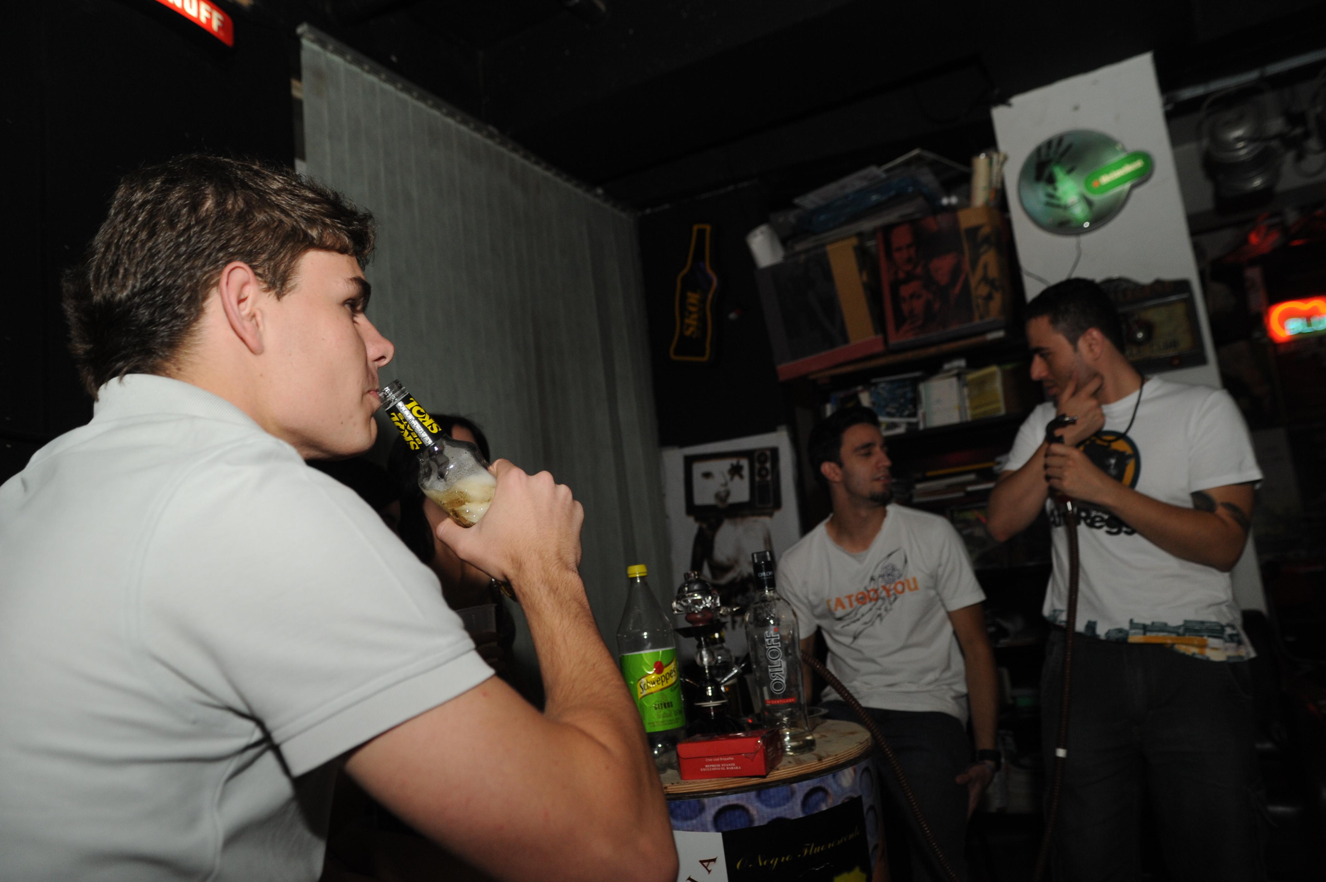 bebida alcoólica, alcoolismo na adolescência, jovens bebendo