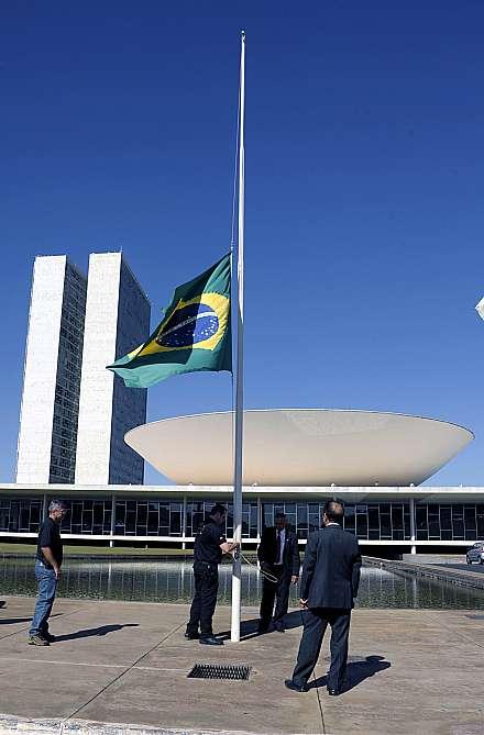 Bandeira a meio mastro em luto a Eduardo Campos