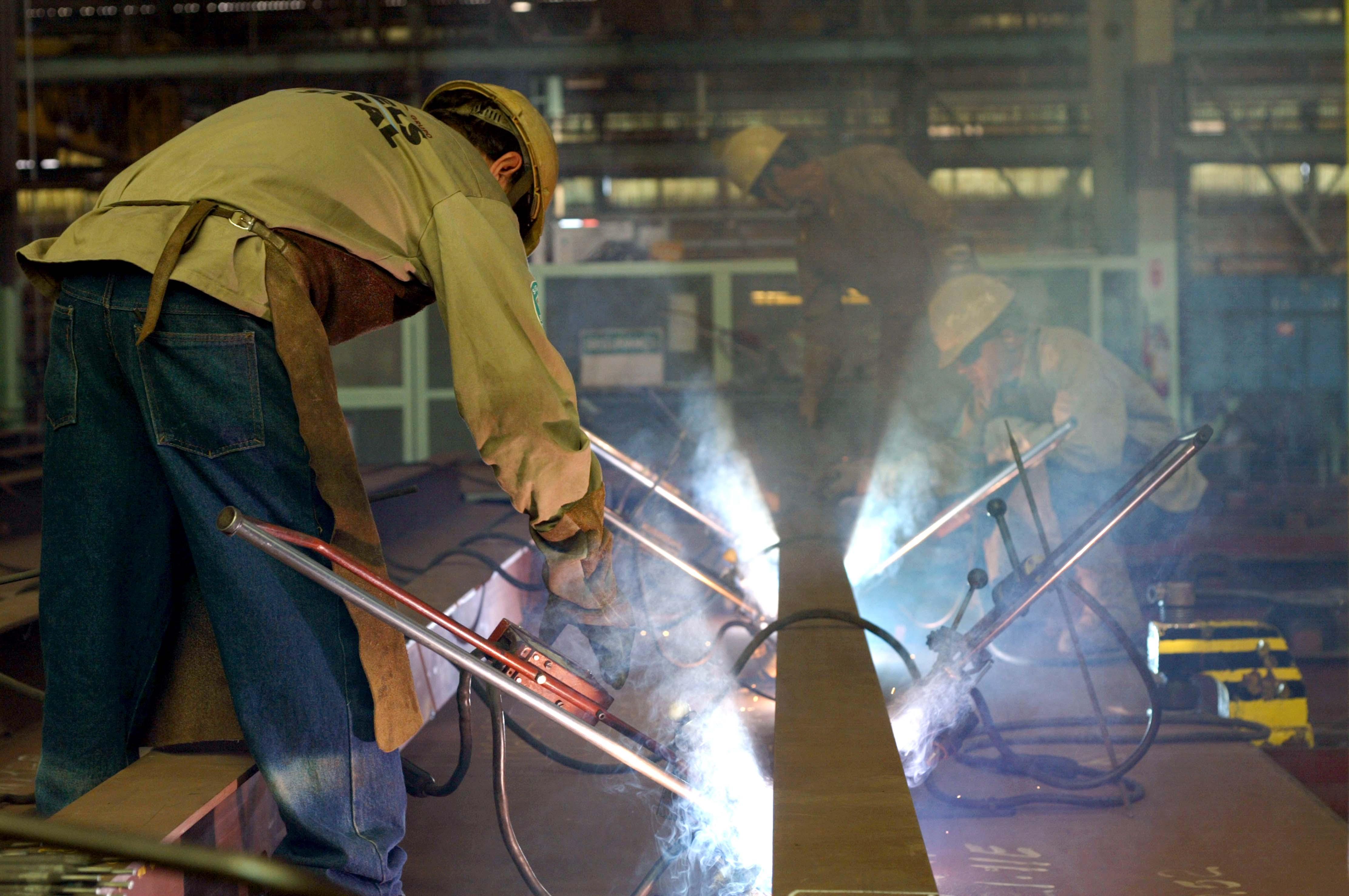 Economia - Indústria e comércio - indústria metalúrgica trabalhador