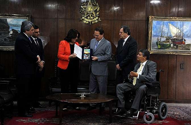 Ao centro, ministra do Planejamento, Orçamento e Gestão, Miriam Belchior, entrega o projeto de Lei Orçamentária Anual (LOA) de 2015 ao presidente do Congresso, senador Renan Calheiros (PMDB-AL)
