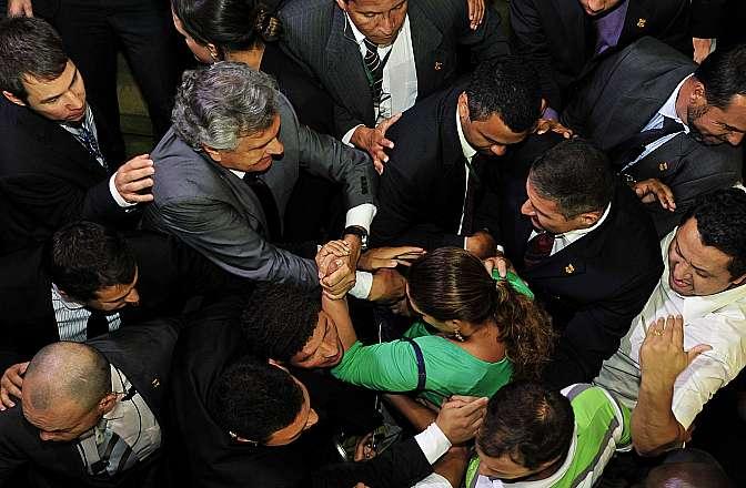 Sessão destinada à leitura de expedientes e apreciação dos Vetos Presidenciais nºs 28 e 29 de 2014 e dos Projetos de Lei do Congresso Nacional nºs 31, 36, 5, 2, 9, 4, 6 a 8, 10 a 12, 14 a 30 e 32 a 35, de 2014. Tumulto durante sessão