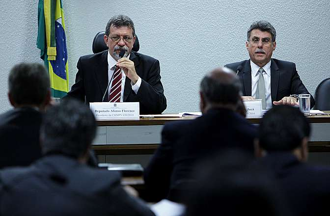 Reunião da Comissão Mista sobre a MP 656/14, que reduz a zero as alíquotas da Contribuição para o PIS/PASEP, da COFINS, da Contribuição para o PIS/Pasep-Importação e da Cofins-Importação para apreciação de relatório. (E) Dep. Afonso Florence (PT-BA) e relator da Comissão, sen. Romero Jucá (PMDB-RR)