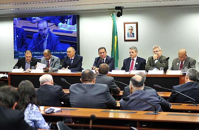 Comissão de Segurança Pública debateu projeto que proíbe prisão de agentes públicos de segurança por faltas disciplinares.