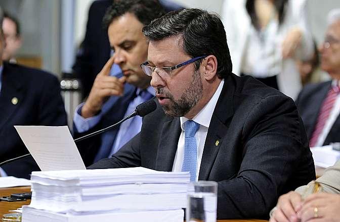 Dep. Carlos Sampaio (PSDB-DF) apresenta relatório paralelo da oposição na Comissão Parlamentar Mista de Inquérito (CPMI) da Petrobras