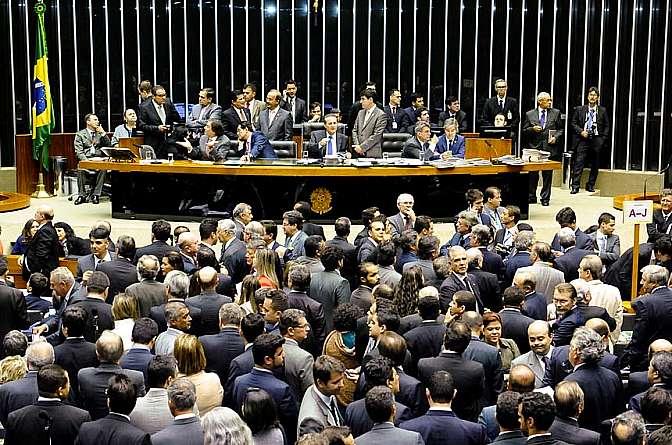 Sessão do dia 3 de dezembro durou mais de 18 horas com votação de vetos e mudança no cálculo do superávit.