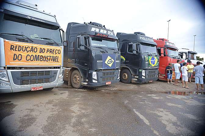 Transporte - caminhões - greve protesto caminhoneiros estrada manifestação