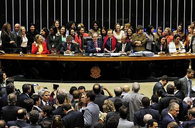 Votação em segundo turno, da Proposta de Emenda à Constituição 590/06, da deputada Luiza Erundina (PSB-SP), que garante a presença de ao menos uma mulher nas Mesas Diretoras da Câmara dos Deputados e do Senado, que são eleitas a cada dois anos