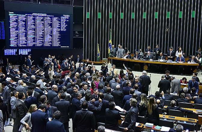 Deputados aprovam aumento de desconto na folha para empréstimo bancário