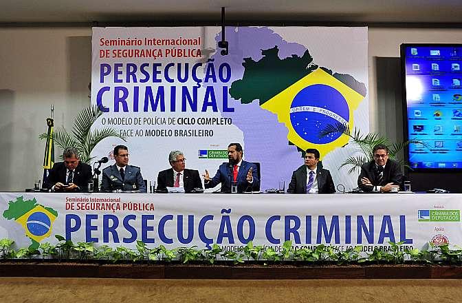 Seminário Internacional sobre Segurança Pública: Persecução Criminal, o modelo de polícia de ciclo completo face ao modelo brasileiro. Mesa (E/D): dep. Alberto Fraga (DEM-DF); dep. capitão Augusto (PR-SP); dep. subtenente Gonzaga (PDT-MG); dep. Waldir Maranhão (PP-MA); presidente nacional do PDT, Carlos Lupi; sen. José Medeiros (PPS-MT); e embaixador do Chile, Jaime Gazmuri