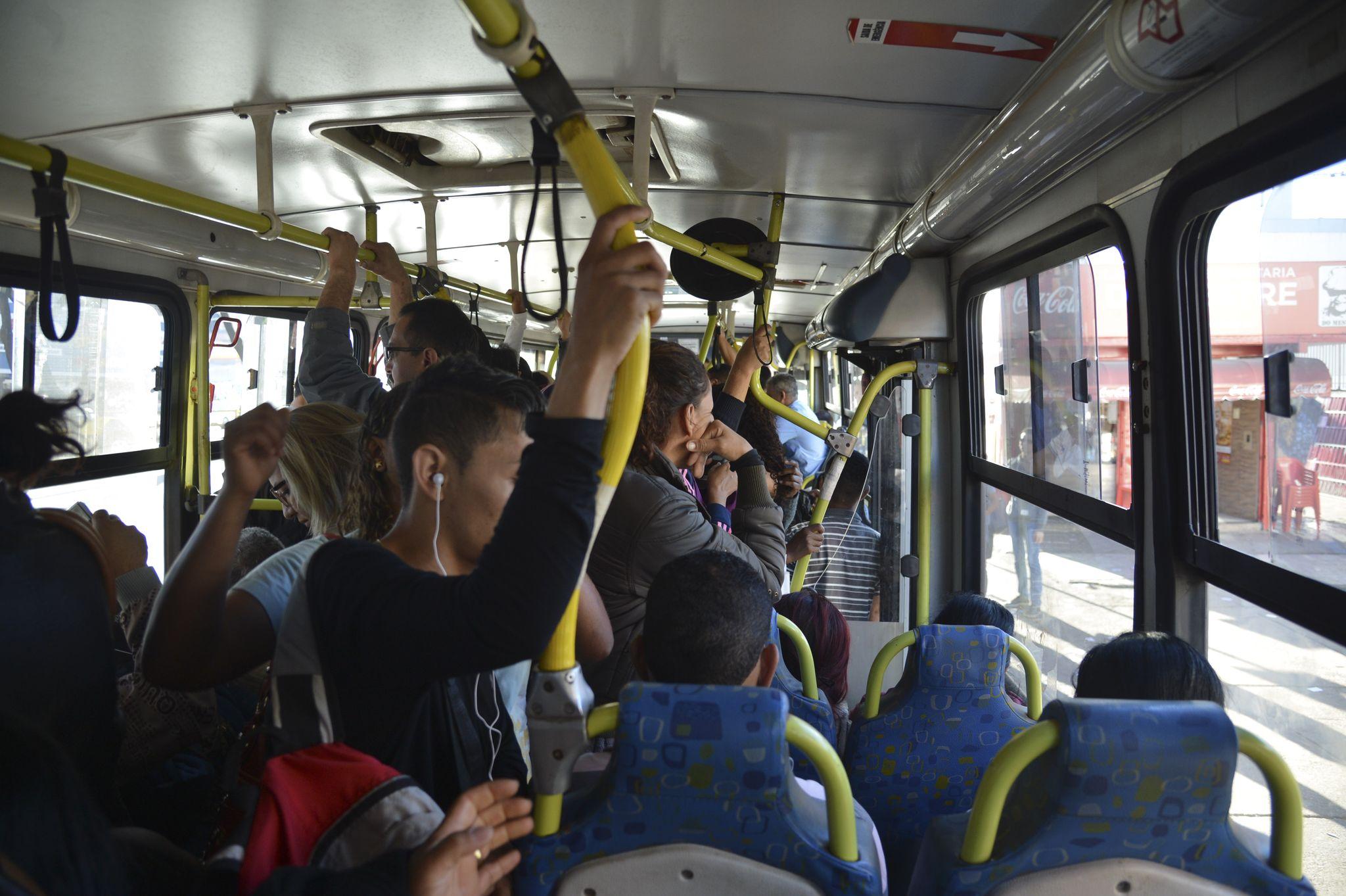 Transporte - ônibus - ônibus lotado passageiro mobilidade urbana