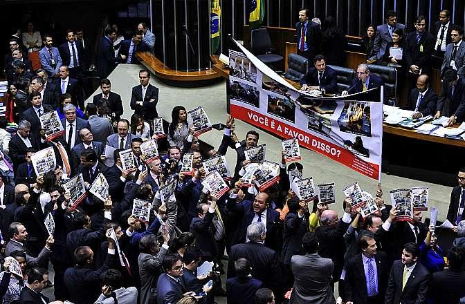 Deputados protestam durante sessão