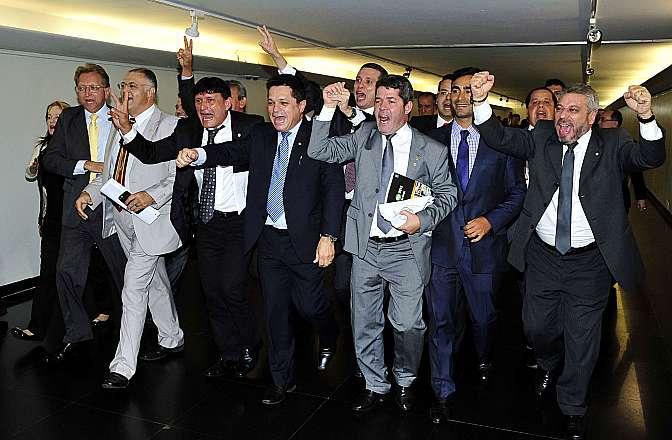 Deputados comemoram a aprovação da PEC 171/93 da Maioridade Penal