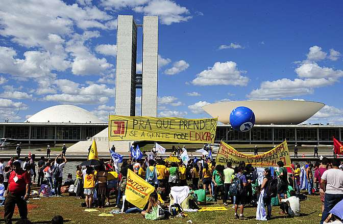 Estudantes manifestam no gramado do Congresso Nacional