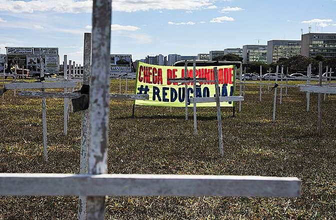 Manifestante a favor da redução da Maioridade Penal protestam no gramado da Esplanada