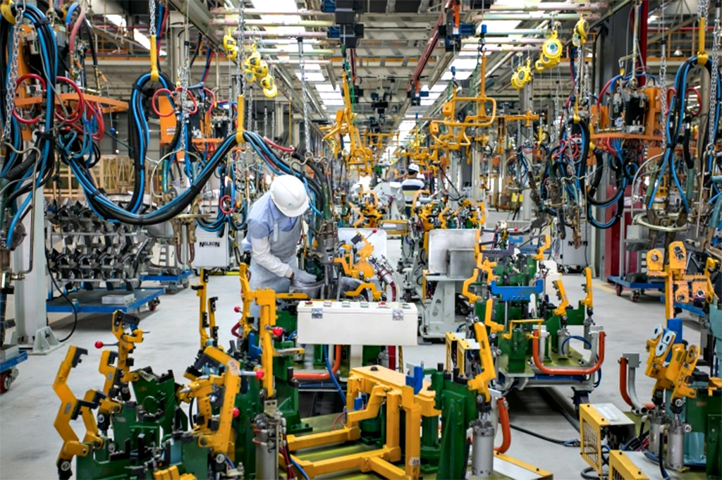 Economia - indústria e comércio - fábrica trabalhador operário emprego automação tecnologia