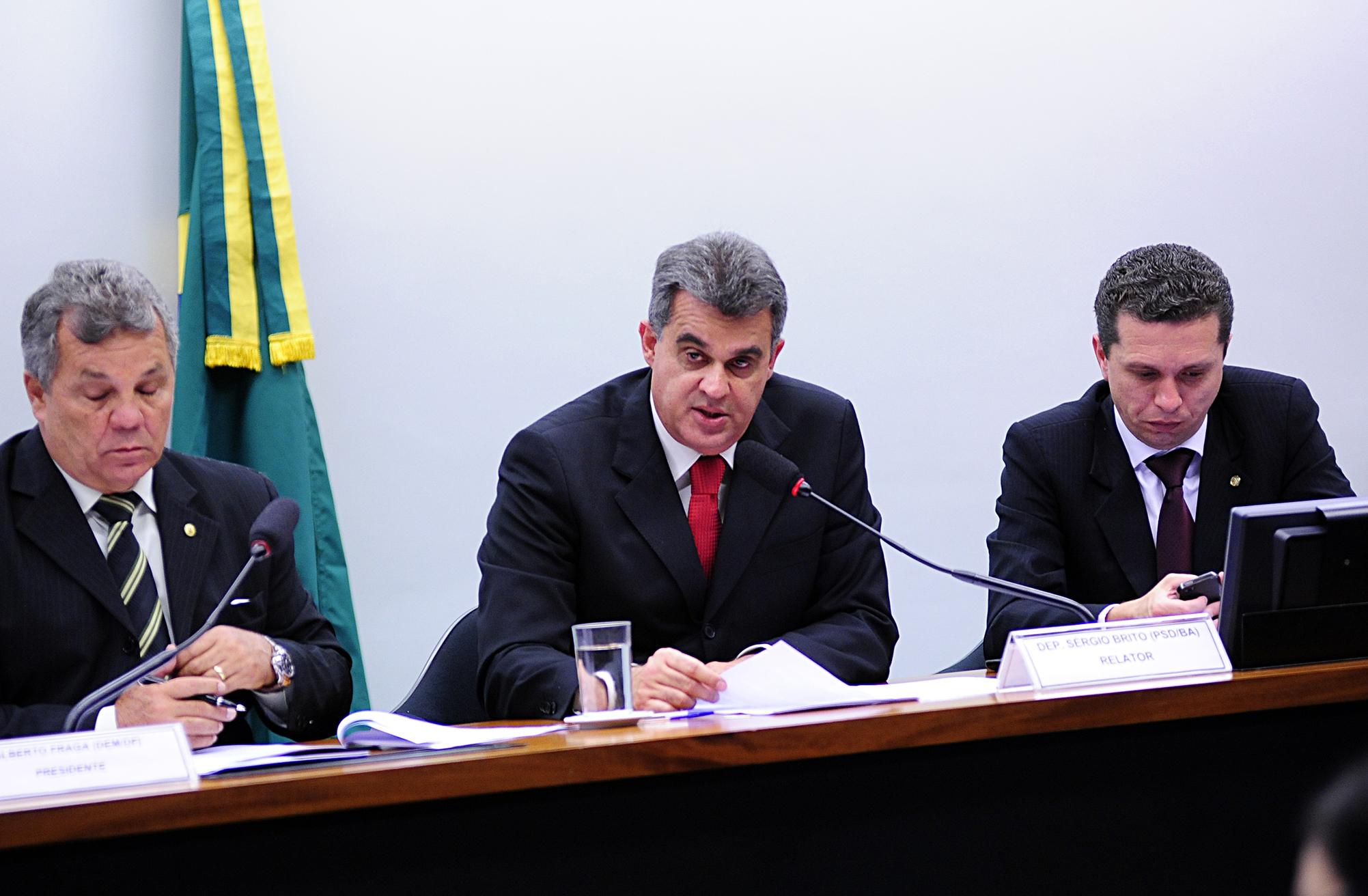 Reunião para discussão e votação do relatório final da CPI. Ao centro, dep. Sérgio Brito (PSD-BA)