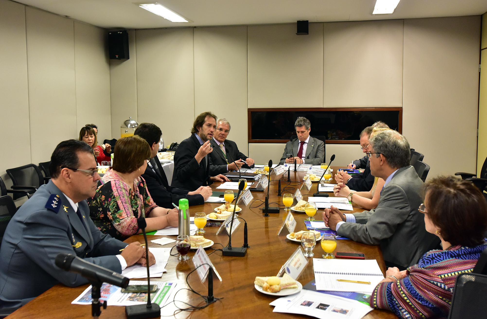 """Reunião de debate sobre """"Segurança Pública no Brasil: um sistema nacional pactuado"""". Mesa Redonda – Tema: """"Os entraves da persecução penal"""